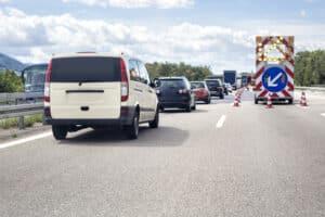 Eine Geschwindigkeitsüberschreitung außerorts ist es auch dann, wenn sich eine Baustelle auf der Autobahn befindet