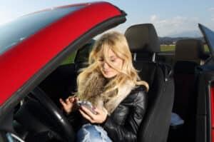 Das Handy am Steuer kann zu Unfällen führen
