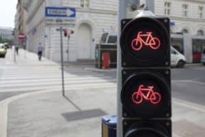 Ein Rotlichtverstoß kann auch bei Fahrradfahrers und Fußgängern geahndet werden.