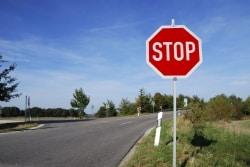 Stoppschild: Hier gilt es, zu halten und Vorfahrt zu gewähren.