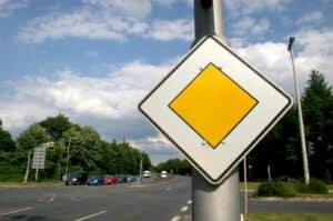 Vorfahrtsstraße: Hier haben Sie Vorfahrt.