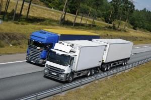 Zusätzlich zur Geschwindigkeitsbegrenzung gilt ein Überholverbot beim Fahren mit Anhänger.