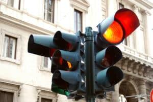 Abbiegen: Ein grüner Pfeil erlaubt es Ihnen abzubiegen, auch wenn die Ampel für andere Fahrzeuge Rot anzeigt.