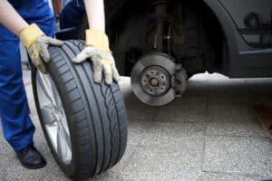 Egal ob Ganzjahres-, Sommer- oder Winterreifen - ein regelmäßiger Reifenwechsel ist sehr wichtig.