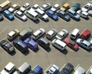 Beim Rückwärtsfahren mit dem Auto auf dem Parkplatz müssen Sie vorsichtig sein.