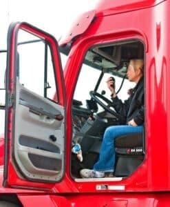 Beim Rückwärtsfahren mit dem LKW sollte ein Einweiser helfen.