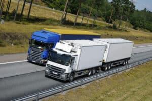 Es gibt ein Überholverbot speziell für LKW.