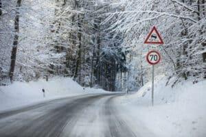 In Deutschland müssen bei winterlichen Straßenverhältnissen Winterreifen aufgezogen werden.