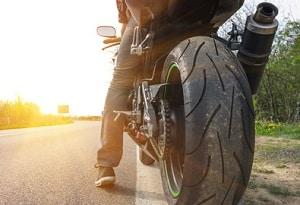 Auch Motorradfahrer werden von der Bußgeldstelle in NRW verwarnt.