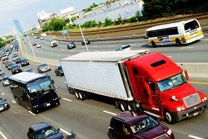 In einen Unfall auf der Autobahn sind häufig auch Lkw oder Busse verwickelt.