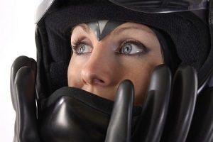 Sollte nach einem Unfall dem Motorradfahrer der Helm abgenommen werden?