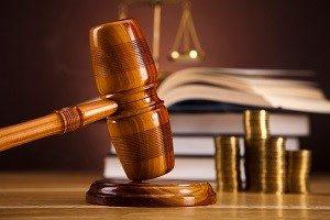 Ob Ihnen nach einem Unfall Schmerzensgeld zusteht, wird oft vor Gericht verhandelt.