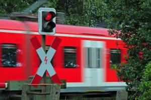 Ein Andreaskreuz mit rotem Blinklicht bedeutet, dass Sie dem Schienenverkehr Vorrang gewähren müssen.