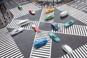 An einem Zebrastreifen im Verkehr ist Vorsicht geboten!