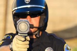 Eine Laserpistole kann mobil durch Polizeibeamte bedient werden.