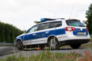 Die Geschwindigkeitsmessung durch Nachfahren wird durch ein Polizeifahrzeug oder einen Zivilwagen durchgeführt.