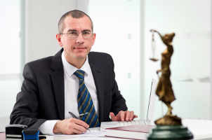 Ein Richter oder Staatsanwalt kann entscheiden, wer von der Zahlung der Geldauflage profitieren soll.