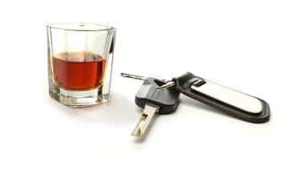 Fahrverbot: Wann Sie es antreten müssen, ist von der Rechtskraft des Bescheids abhängig, den Sie z. B. aufgrund von Alkohol erhalten.