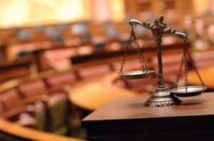 Bussgeld bei erhöhter Geschwindigkeit? Ein Einspruch löst eventuell eine Verhandlung vor Gericht aus.
