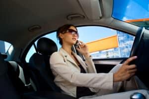 Bußgeld wegen Handy am Steuer? Ein Einspruch lohnt sich nur in gewissen Fällen.
