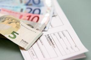 Trotz Fahrverbot im Ausland zu fahren kann hohe Bußgelder nach sich ziehen.