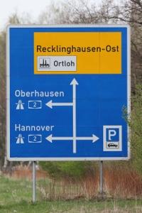 Schilder mit Richtzeichen helfen bei der Orientierung.