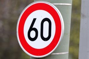 Verkehrszeichen mit einer Geschwindigkeitsbegrenzung gehören zu den Vorschriftzeichen.