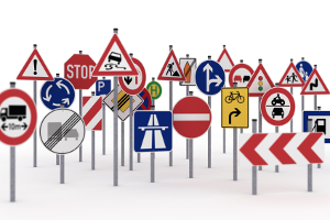 Als Verkehrszeichen gelten nicht nur Straßenschilder, sondern zum Beispiel auch Ampeln.