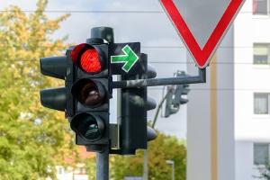 Die Straßenverkehrsordnung (StVO) ist das geläufigste Gesetz zum Verkehrsrecht.