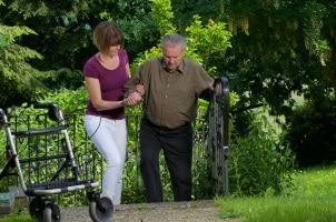 Sind ältere Menschen physisch immens eingeschränkt, sollten sie den Führerschein im Alter abgeben.