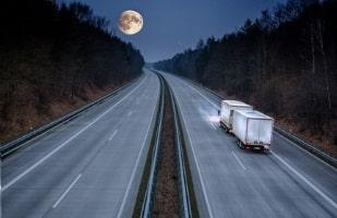 Besonders im Zusammenhang mit Lkw wird vom Nachtfahrverbot gesprochen.