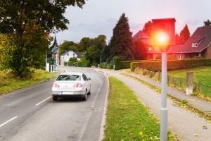 Überhöhtes Tempo innerorts? Fahrverbot, Punkte in Flensburg und ein Bußgeld können folgen.