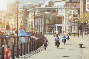 In der Fußgängerzone wird das Fahrrad geschoben - ein Zusatzschild kann die Regel aufheben.