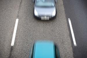 Trotz Geschwindigkeit messen: Im Auto drücken viele Fahrer aufs Gas.