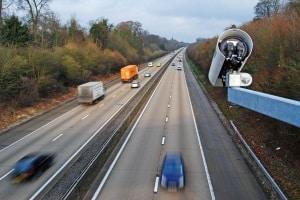 Eine Geschwindigkeitsübertretung kann zu verkehrsrechtlichen Sanktionen führen.