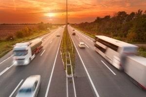 Für einen Lkw gilt eine Höchstgeschwindigkeit abhängig von der Gesamtmasse.
