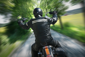 Ob für Lkw, Pkw oder Motorrad: Die Höchstgeschwindigkeit ist  in der StVO definiert.