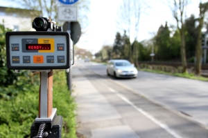 Mobil nimmt oft die Polizei die Geschwindigkeitsmessung vor.