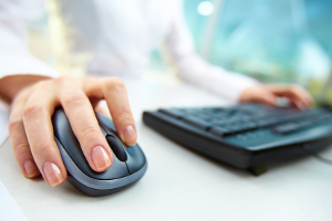 Die theoretische Prüfung der Fahrerlaubnis Klasse B erfolgt an einem Computer oder Tablet.