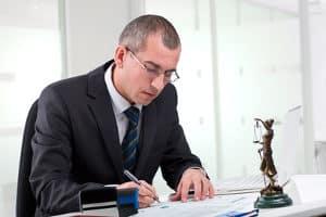 Ein Anwalt berät Sie hinsichtlich einer Wiedereinsetzung in den vorigen Stand.