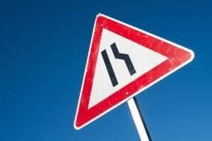 Das richtige Vorgehen an einer Fahrbahnverengung soll den Verkehrsfluss nicht beeinträchtigen.