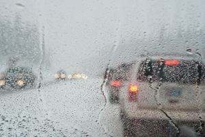 Blenden Sie beim Fahren mit Nebelscheinwerfer den Gegenverkehr, droht eine Strafe.