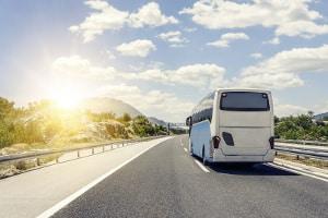 Die Geschwindigkeit vom Reisebus kann u. U., auch höher als die eines Linienbusses sein.