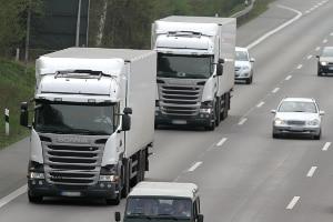 Lastkraftwagen müssen ab 50 km/h mindestens 50 m Abstand zum Vordermann einhalten.