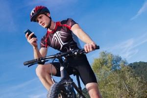 Gemäß Straßenverkehrsordnung ist das Handy in der Hand auch auf dem Fahrrad verboten.