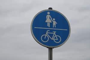 Verkehrszeichen Nr. 240: Fahrrad und Fußgänger teilen sich den Weg.