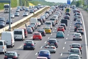 Auf Autobahnen entsteht oft Stau in den Ferienzeiten.