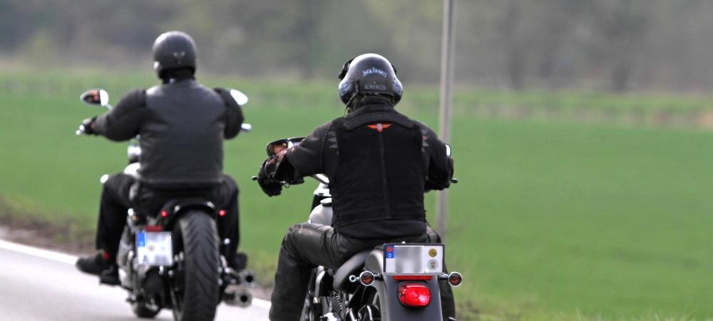 Oftmals bei Stau eine falsche Information: Motorräder dürfen sich nicht an den Kolonnen vorbeischlängeln.