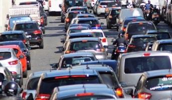 Insbesondere zur Urlaubssaison, wenn viele Autos unterwegs sind, ist ein Verkehrsstau wahrscheinlich.