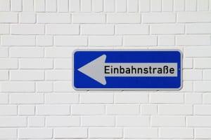 Achtung Bußgeld: Wer die Einbahnstraße in die falsche Richtung befährt, muss zahlen.